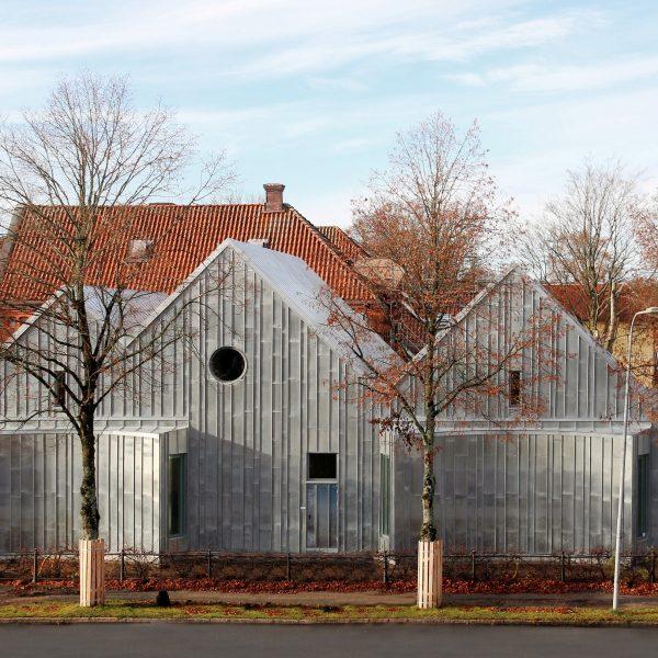Tillbyggnaden i zink vid Alingsås Tingsrätt