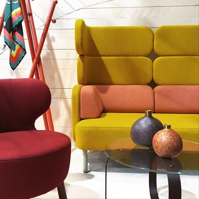 Skandinaviska möbler. Glasbord. Möbler för offentlig miljö.