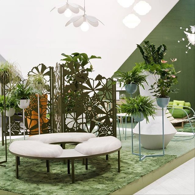 Designutställning kallad SwedenPlays. Grönska, mode, möbler i gröna nyanser.