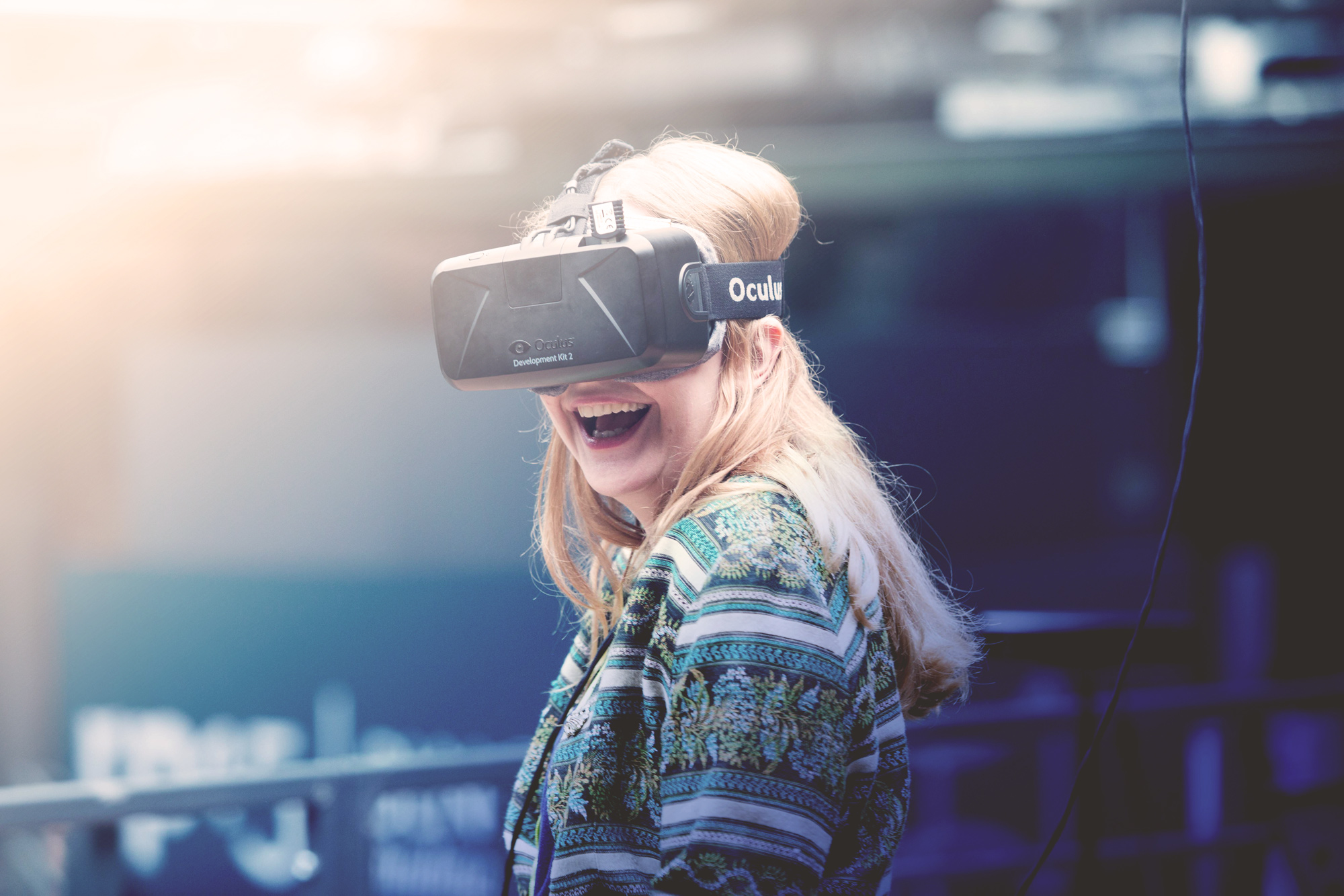 Kvinna med VR headset